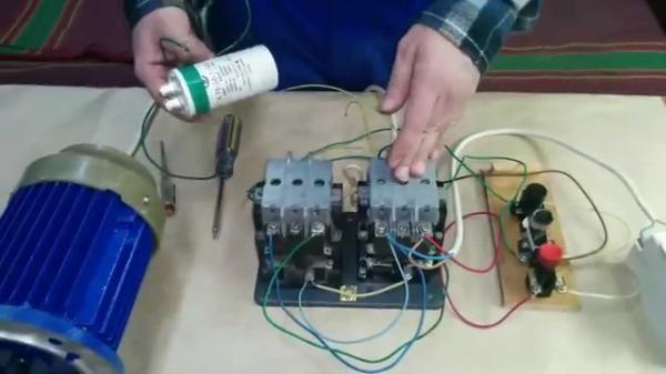 Stačí len pripojiť kondenzátor k motoru a to bude fungovať.
